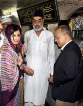 Hina Rabbani Khar and Salman Bashir offer prayers at Hazrat Nizamuddin Auliyaa dargah in New Delhi