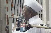 Anna Hazare adresses his supporters outside Tihar Jail
