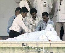 A team of doctors check health condition of Anna Hazare