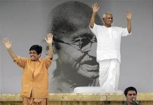 Anna Hazare and Kiran Bedi wave to the crowd