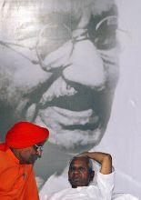 Anna Hazare (right) and Swami Agnivesh in Delhi