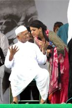 Anna Hazare interacts with a supporter at Ramlila Maidan