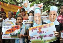 Supporters of Anna Hazare, including women, protest at Kargil Chowk in Patna