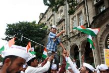 Mumbai dabbawalas hold a rally in support of Anna Hazare
