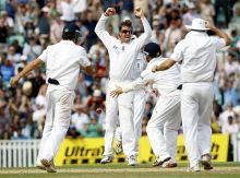 Graeme Swann celebrates with teammates