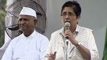 Kiran Bedi addresses Anna Hazare supporters at Ramlila Maidan, Delhi