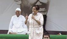 Kiran Bedi addresses Anna Hazare supporters at Ramlila Maidan, Delhi