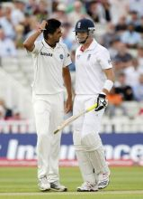 Kevin Pietersen chats with Ishant Sharma