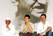 Aamir Khan and Raj Kumar Hirani with Anna Hazare