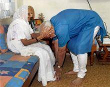Narendra Modi seeks mother's blessings