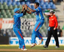Ravichandran Ashwin and Virat Kohli celebrate the dismissal of Kevin Pietersen