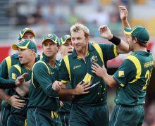 Australia paceman Brett Lee (centre) and team-mates
