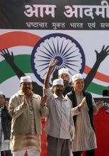 Arvind Kejriwal (centre, Manish Sisodiya at Jantar Mantar