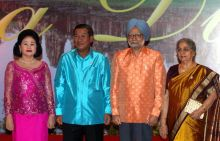 Manmohan Singh with his wife Gursharan Kaur poses with his Cambodian counterpart Hun Sen and his wife