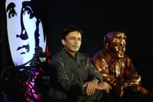 Suneil Anand with Dev Anand's statue.