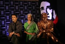 Suneil Anand and Waheeda Rehman with Dev Anand's statue.