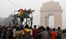 Gangrape protesters shout anti-government slogans near India Gate