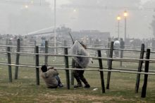 Angry protesters pelt stones at policemen near India Gate