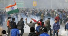 Delhi Police trying to disperse people protesting against Delhi gangrape