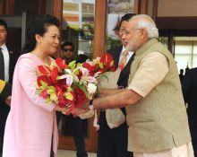 Prime Minister Narendra Modi welcomes Xi's wife Peng Liyuan
