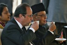 "French President Francois Hollande and his Indian counterpart Pranab Mukherjee (R) drink tea as they attend the ""At Home"" reception at the Rashtrapati Bhavan presidential palace after the Republic Day parade in New Delhi,"