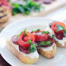 Cream cheese, chorizo sausages and chilli peppers: slices of bread can't get more interesting than that!
