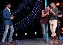 Aditya Narayan shares a light moment with Akki as Abhishek looks on.