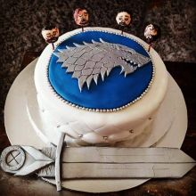 A tribute to the Starks? We have serious doubts about those heads on a spike, but otherwise the cake looks quite appealing. Especially with the Valyrian steel sword, Ice.