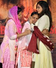 Richa Chadha with Sukhpreet Kaur at Sarabjit Singh's prayer meet.