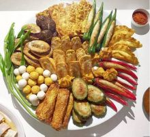 A full Chinese Yong Tao Foo platter: Stuffed green and red chillies form an integral part of this platter, apart from bringals/aubergines, okras and potatoes.