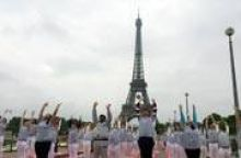 Yoga,Eiffel tower,Paris