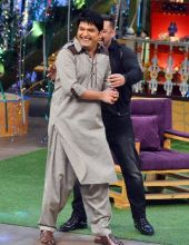Salman shares a light moment with Kapil.