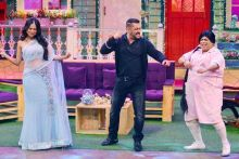 Salman shakes a leg with Rochelle Rao and Kiku Sharda.