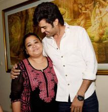 Manish Paul tries to cheer up Bharti Singh.
