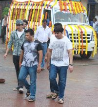 Sudesh Lahiri who plays Krushna's father in Comedy Nights Live also attended the funeral.