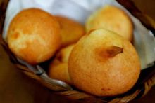 Paes de queijo (cheese bread) look quite a bit like Indian pakoras, don't they?