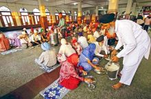 The communal kitchen at the Golden Temple prepares at least 2,00,000 rotis (Indian flat bread), 1.5 tonnes of dal (lentil soup) and other dishes to feed 1,00,000 people every day.
