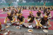 CISF personnel eat breakfast during R-Day 2017 parade pratise.
