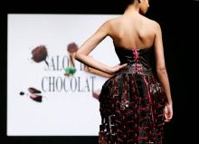 This model is wearing a simple skirt that comes with a very chocolatey long trail. Made with hundreds of chocolate bars stitched together with red strings, this creation can make heads turn, and mouths water.