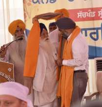 The Shiromani Gurdwara Parbandhak Committee as per traditions, honoured Mr. Sajjan by presenting with a 'siropa' (robe of honour), shawl and set of religious books.