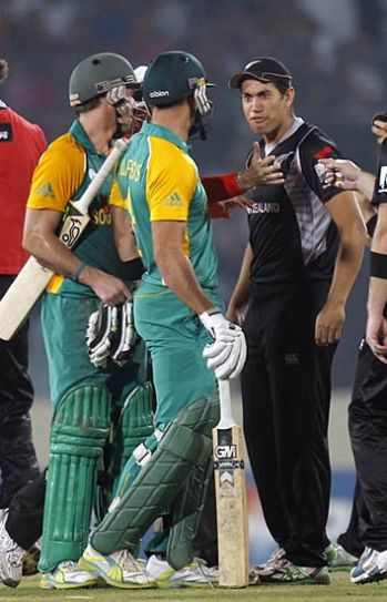 South Africa's AB de Villiers (left) and Faf du Plessis (centre) have an argument with New Zealand's Ross Taylor