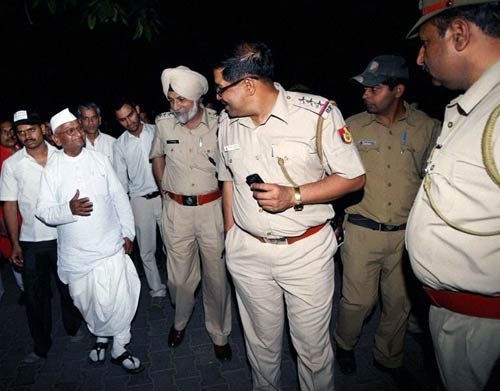 Anna Hazare with police personnel