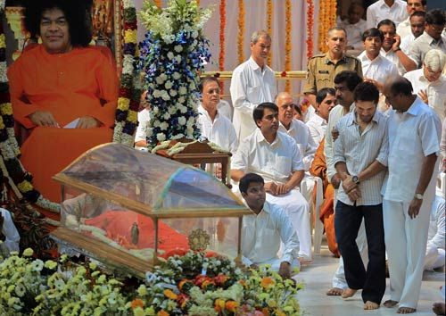 Sachin Tendulkar pays homage to Sathya Sai Baba