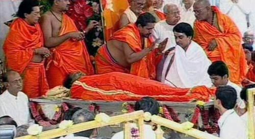 Sathya Sai Baba's nephew R.J. Ratnakar Raju performs spiritual guru's last rites
