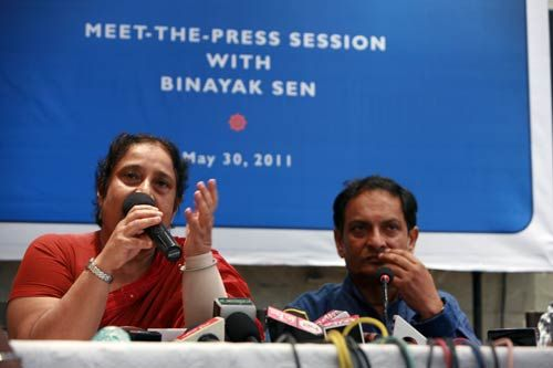 Binayak Sen with wife Ilina addresses a press conference in Mumbai on human rights