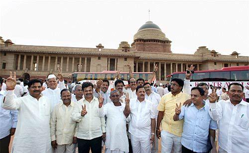 Yeddyurappa parades MLAs before President