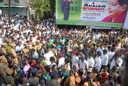 AIADMK supporters celebrate Jayalalithaa's voctory