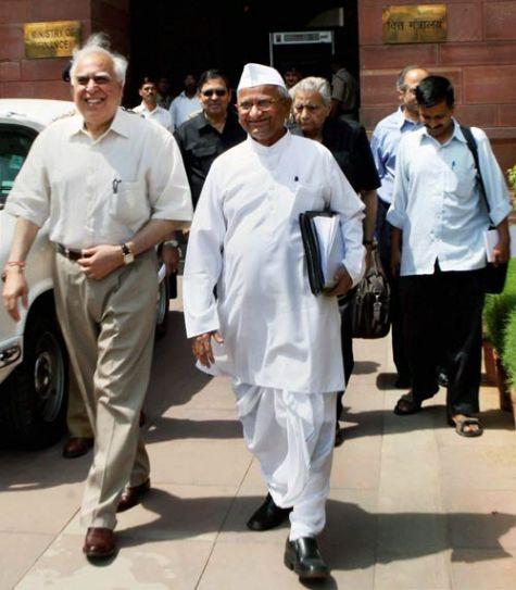 Kapil Sibal and Anna Hazare after the Lokapl panel meeting