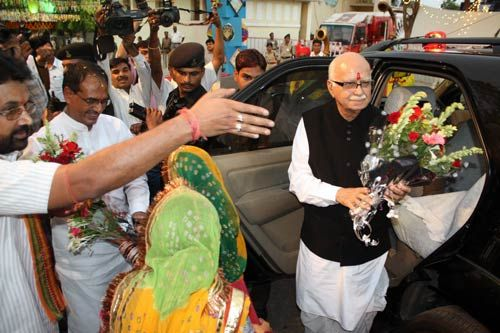 BJP workers and Madhya Pradesh government officials welcome senior BJP leader L. K. Advani at Ravindra Bhavan in Bhopal