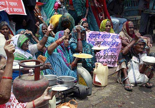 Bhopal gas activists protest against UPA government in Bhopal